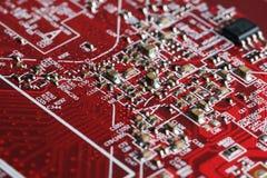 x的董事会电路关闭作用电子光芒 处理器、芯片和电容器 免版税库存图片
