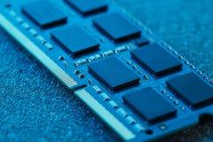 x的董事会电路关闭作用电子光芒 处理器、芯片和电容器 免版税图库摄影
