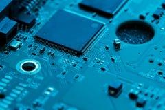 x的董事会电路关闭作用电子光芒 处理器、芯片和电容器 免版税库存照片
