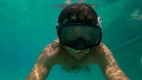 8x计时一个人的慢动作射击潜水面具trainig的在水池 股票录像