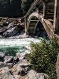 It& x27; água justa de s sob a ponte fotografia de stock