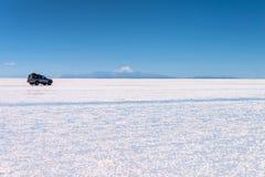 4x4 αυτοκίνητο Salar de Uyuni Uyuni στα αλατισμένα επίπεδα, Ποτόσι Βολιβία στοκ φωτογραφία με δικαίωμα ελεύθερης χρήσης