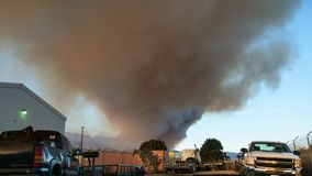 16x9 ευρύς καπνός πυρκαγιών οθόνης Ventura στο νομό Καπνώές κακό AI στοκ φωτογραφίες