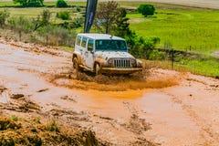 4x4 κατάρτιση οδηγών λάσπης στο τζιπ στρατόπεδων στοκ εικόνες