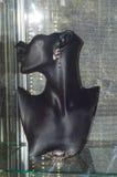 X международная выставка украшений и вахты клеймит серьги с драгоценностью на манекене Стоковое Изображение RF