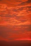 & x22; Огонь Sky& x22; - Облака осветили вверх красный цвет в драматическом восходе солнца Стоковые Изображения