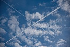 X сформировало след на небе стоковые изображения