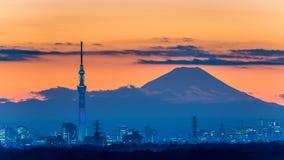 ' 光和darkness&#x22争斗;东京Skytree点灯有Mt的 富士 免版税库存照片