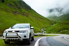 4x4在山的汽车 免版税库存照片