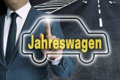 & x28; 在德国年car& x29;汽车触摸屏幕由人概念管理 图库摄影