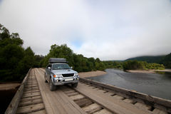 4x4在木桥的汽车 免版税库存图片