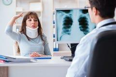 X-射线检查的少妇参观的放射学家 库存图片
