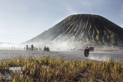 4x4游人的汽车服务Bromo山的,登上B沙漠的 免版税库存照片