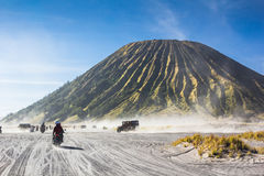 4x4游人的汽车服务Bromo山的,登上B沙漠的 图库摄影