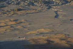 4x4游人的汽车服务Bromo山的Java,印度尼西亚沙漠的 免版税库存照片
