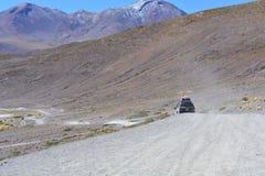 4x4穿过玻利维亚的沙漠的汽车 库存照片