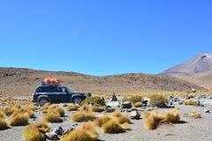 4x4穿过玻利维亚的沙漠的汽车 免版税图库摄影