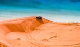 4x4车和沙丘 免版税图库摄影