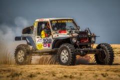 4x4车辆驾驶在软的沙子 免版税库存图片