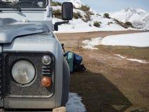 4x4远征通过山 库存照片