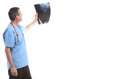 Γιατρός που εξετάζει μια ακτίνα X Στοκ Εικόνες