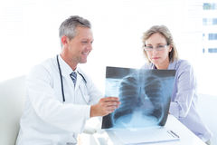 Γιατρός που παρουσιάζει ακτίνα X στον ασθενή του Στοκ φωτογραφία με δικαίωμα ελεύθερης χρήσης