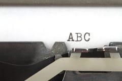 & x22; ABC& x22; skriftligt på en gammal skrivmaskin Royaltyfri Bild