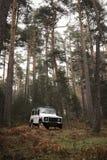 4x4 au milieu de la forêt Photographie stock libre de droits