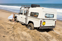 4x4 auto die in het zand wordt geplakt Stock Foto