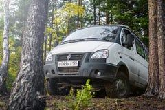 4x4 auto GAZ SOBOL bovenop de heuvel in bos wordt geparkeerd dat stock afbeelding