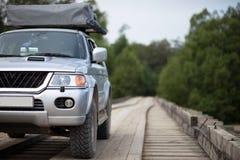 4x4 auto op houten brug stock afbeeldingen