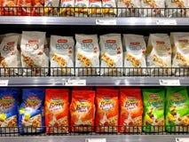 ' Bio' pacchetto organico di scricchiolio del cereale ed i loro prezzi in Blueport immagine stock