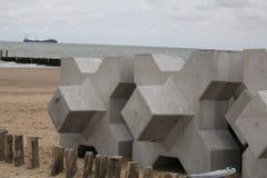 X-bloques en la playa en cadzand al lado de los rompeolas fotografía de archivo libre de regalías