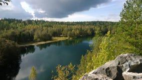 & x22; Bright& x22;湖在一个公园Ruskeala在俄罗斯 免版税库存照片