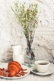 X?cara de caf? com croissant imagens de stock royalty free