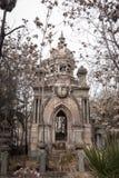 在一个坟茔的精心制作的建筑学在国家公墓( Cementerio General de Santiago) 圣地亚哥,智利 免版税库存照片