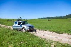 4x4 in cespuglio sudafricano a distanza fotografia stock
