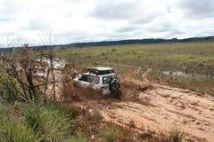 4x4 che guida attraverso il fango Fotografia Stock