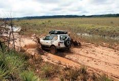 4x4 che guida attraverso il fango e la sporcizia Fotografie Stock