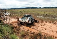4x4 conduisant par la boue et la saleté Photos stock