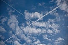 X deu forma à fuga no céu imagens de stock