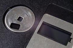 3 5 &#x22 ; disquette Support d'informations cassé à de vieux ordinateurs sur un isolat Images libres de droits