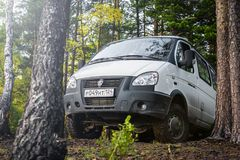 4x4 el coche GAZ SOBOL parqueó encima de la colina en bosque imagen de archivo
