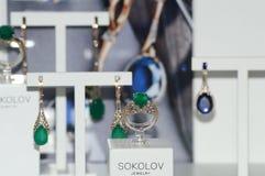 X a exposição do International da joia e do relógio marca a joia com as pedras preciosas luxuosas Fotos de Stock