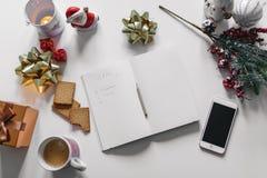 & x22; Gift List& x22; geschreven met een hand op notitieboekje met nieuwe jarendecoratie Stock Foto