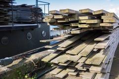 2x4 houten Planken Klaar voor de Bouw bij HavenBouwwerf Royalty-vrije Stock Afbeeldingen