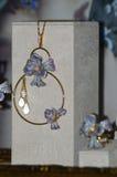 x jewelery和手表品牌Jewelery的国际性组织陈列与宝石的发光 库存图片