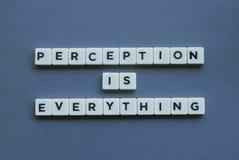 ' La opinión es todo ' palabra hecha de palabra cuadrada de la letra en fondo gris imágenes de archivo libres de regalías
