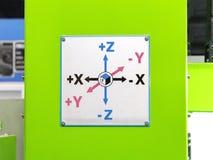 X las flechas del eje de Y Z suben en la máquina industrial Imagenes de archivo