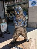 & x22;Bear, Lee, Standing& x22; by Gary Hovey & x28;OH& x29;; Sculpture on the Sioux Falls SculptureWalk & x28;2018& x29;. & x22;Lee is an angry bear with royalty free stock photography